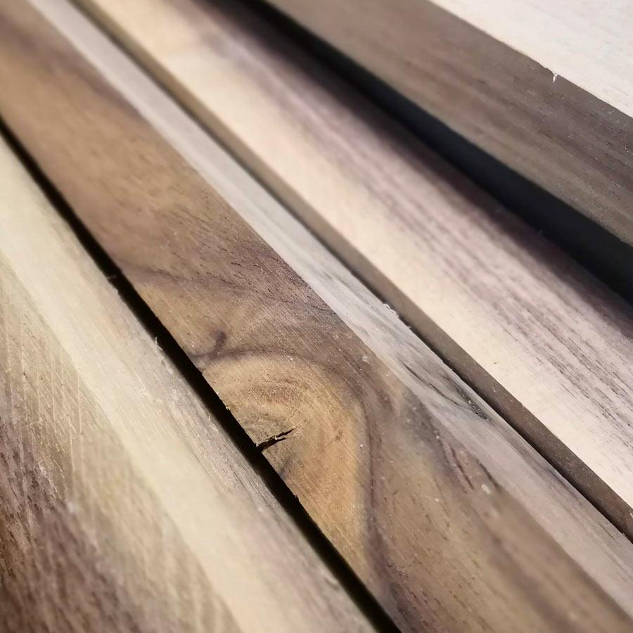 Aus Nussbaum-Holz fertigen wir deinen Resin Tisch aus Epoxy (Epoxidharz)